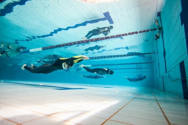 Pływanie dynamiczne w płetwach - jedna z konkurencji rozgrywanych podczas basenowych mistrzostw polski we freedivingu.